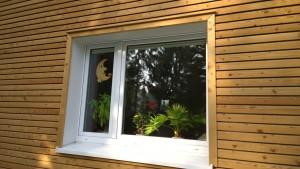 Wohnhausfassade-Fenster